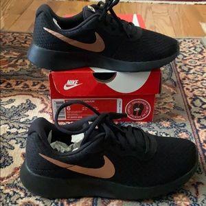 Nike Women's sz 6 Tanjun Sneakers